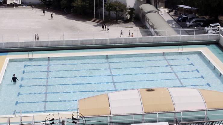 """Video still """"Swimming Pool"""" von Manor-Preisträger Sebastian Stadler, zu sehen in der Ausstellung """"Pictures, I think"""" im Kunstmuseum St. Gallen."""