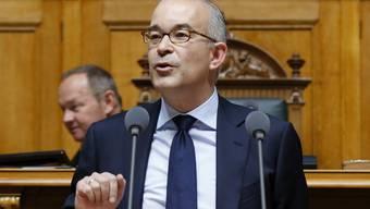 Gregor Rutz (SVP/ZH) plädiert im Nationalrat dafür, das Heimatreiseverbot für Flüchtlinge zu verschärfen. (Archivbild)
