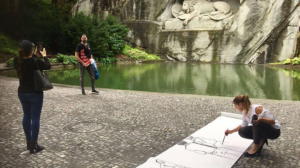 Bulgarische Künstlerin malt Live-Bild vom Löwendenkmal