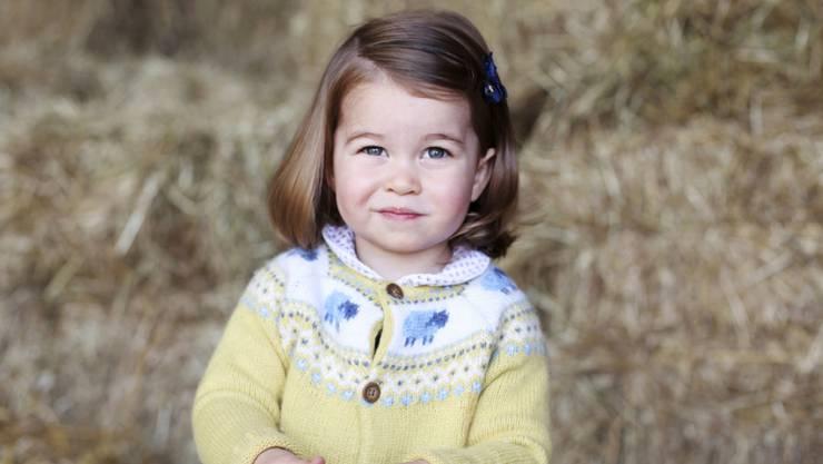 Ganz die Urgrossmutter: Britische Medien finden die Ähnlichkeit zwischen der zweijährigen Prinzessin Charlotte und Königin Elizabeth II frappant.