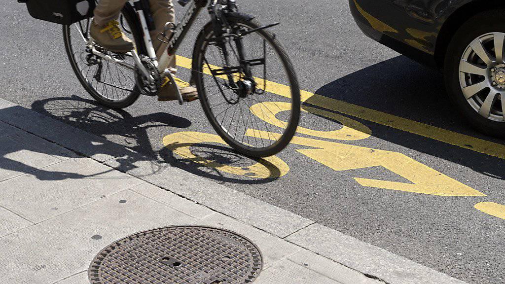 Velofahrer leben im Strassenverkehr oft gefährlich. Ein Mindestabstand bei Überholmanövern soll die Situation zumindest etwas entspannen. (Themenbild)