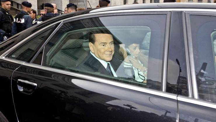 Silvio Berlusconi verlässt mit seiner Assistentin Maria Rosaria Rossi das Gericht in Mailand.