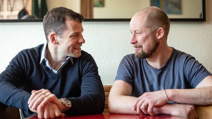 Martin Plüss (l.) und Mathias Seger (r.) beim Gespräch.