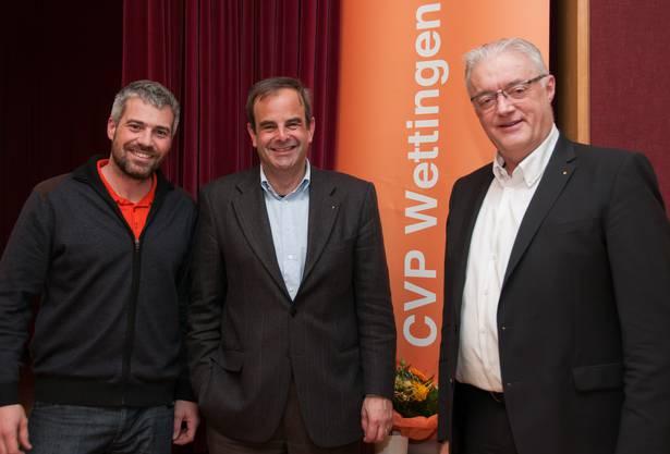 Gemeinderat Sandro Sozzi und Gemeindeammann Roland Kuster zusammen mit Gerhard Pfister.