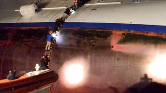 """Passagiere des Kreuzfahrtschiffes """"Costa Concordia"""" klettern am 13. Januar in ein Rettungsboot (Archiv)"""