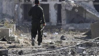Ein Hamas-Kämpfer inspiziert ein von Israel bombardiertes Gebäude