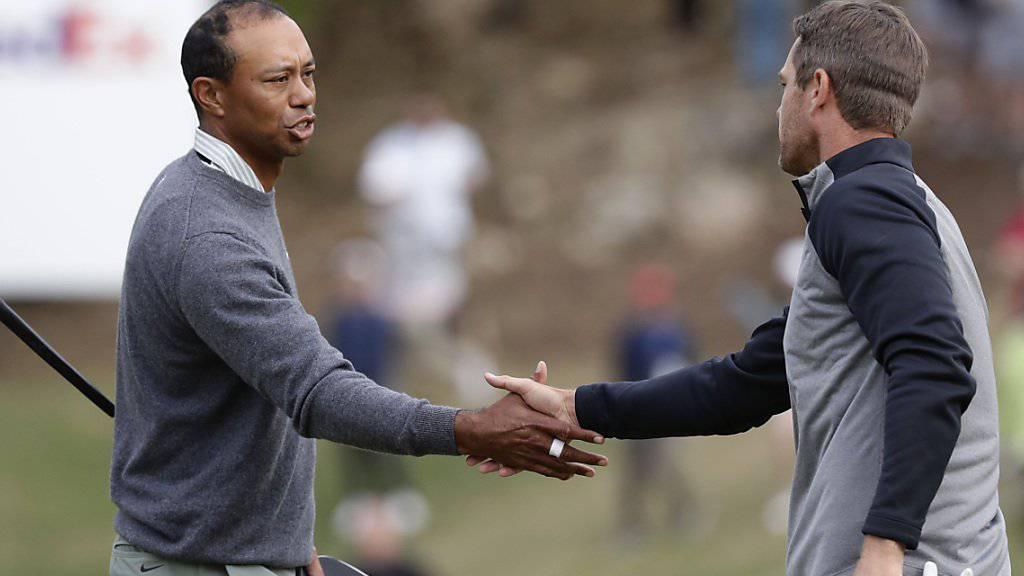 Etwas zerknirscht: Tiger Woods muss dem Aussenseiter Lucas Bjerregaard zum Sieg gratulieren