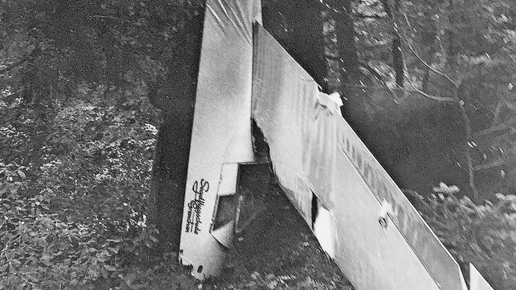 14. Mai 1961: Die K-8 HB-621 hängt knapp über dem Boden senkrecht in den Bäumen.