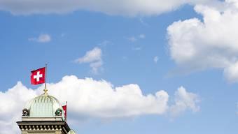 Die Schweizer Fahne weht auf dem Bundeshaus in Bern: Die Schweiz punktet im Ranking mit ihrer Regierungsführung. (Symbolbild)