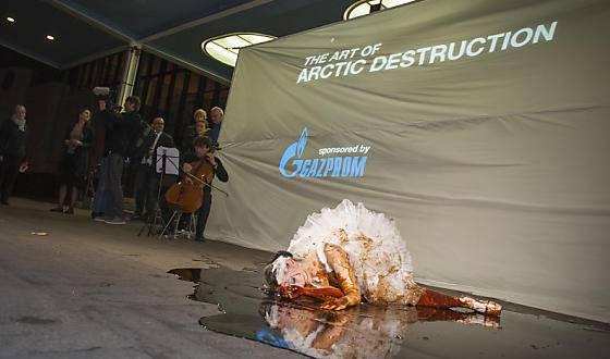 Sterbender Schwan: Greenpeace protestiert gegen ein Konzert, das von Gazprom gesponsert wurde.