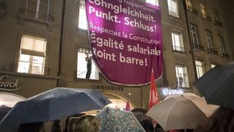 """Teilnehmerinnen des Frauenkongresses zeigen ein Plakat mit den Aufschriften """"Verfassung respektieren: Lohngleichheit Punkt. Schluss!"""" Damit reagierten sie auch auf einen Entscheid des Ständerates. (Archivbild)"""