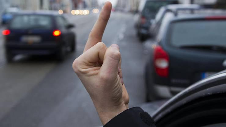 Weshalb die beiden Autofahrer aneindergerieten, ist unklar. Die Polizei sucht Zeugen. (Symbolbild)
