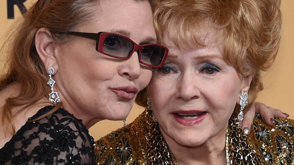 Ein Herz und eine Seele: Carrie Fisher mit ihrer Mutter Debbie Reynolds im Januar 2015. (Archiv)