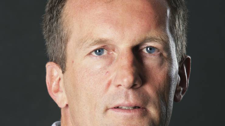 Kaum jemand wird das Jahresende derart herbeisehnen wie die Exponenten des FC Aarau. Der beispiellose Niedergang und Zerfall einer Mannschaft, die in den beiden Jahren zuvor die Liga bereichert und zweimal den fünften Platz erreicht hat, ist zum Ende der Vorrunde in einer 0:6-Demütigung beim FC Luzern kulminiert. Die Ursachen dafür sind oft thematisiert worden. Das Zerwürfnis von Sportchef Fritz Hächler mit Trainer Komornicki stand am Anfang. Die Situation ist von den Verantwortlichen verkannt worden, man hat Leistungsträger fahrlässig ziehen lassen und ist mit einer Mannschaft in die Saison gestiegen, die den Ansprüchen der Super League in keinster Weise gerecht war. Die Folgen sind fatal: Nottransfers mussten getätigt werden, Jeff Saibene wurde zum Opfer der verfehlten Transferpolitik, aber der Fall ins Bodenlose war nicht aufzuhalten. Mit einer Mannschaft, die nun teurer ist als das Erfolgsteam der zwei Saisons zuvor. Weitere Schuldzuweisungen erübrigen sich. Ross und Reiter sind nicht zuletzt in dieser Zeitung genannt worden. Nun gilt es, die Kräfte zu bündeln, das Kader zu «bereinigen» und im nächsten Frühling die «Mission impossible» in Angriff zu nehmen. Der Verein tut aber gutdaran, doppelgleisig zu planen. Derzeit deutet nichts darauf hin, dass sich Aarau nach 28 Jahren in der obersten Spielklasse über diese Saison hinaus weiter zur Elite des Landes wird zählen können. Das ist betrüblich und nicht zuletzt im Hinblick auf den Neubau des Stadions ein Stimmungskiller zur Unzeit. felix.bingesser@azag.ch