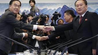 Südkoreas Vereinigungsminister Cho Myoung Gyon (l.) und der nordkoreanische Vorsitzende des Komitees für die Friedliche Wiedervereinigung des Landes, Ri Son Gwon, am Montag in Panmunjom.