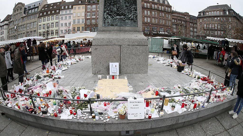 Kerzen, Briefe und Blumen in der Nähe des Strassburger Weihnachtsmarktes erinnern an den Terroranschlag in Strassburg. (Archiv)