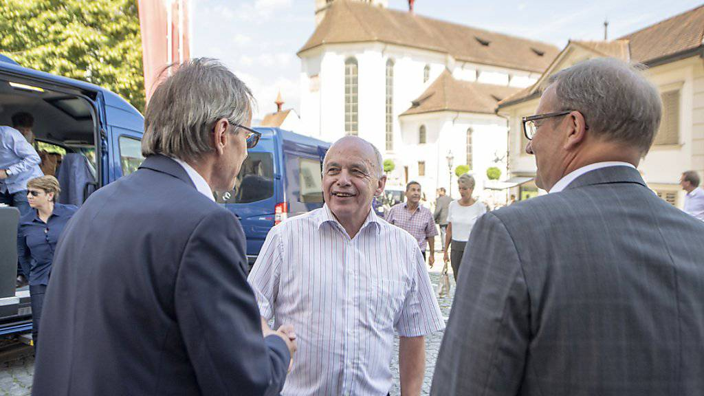 Bundespräsident Ueli Maurer trifft anlässlich des Bundesratsbesuchs in Stans ein und wird unter anderem von Landammann Alfred Bossard (rechts) begrüsst.
