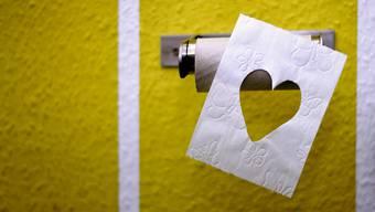 Grossbritannien soll britischen Medienberichten zufolge seinen überdurchschnittlich grossen Bedarf an Toilettenpapier überwiegend durch Importe decken. (Symbolbild)