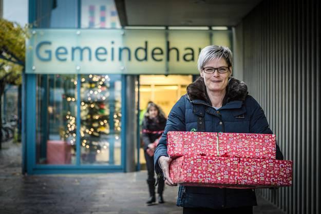 Monique Gammeter und Petra Huckele (hinten) füllen das Auto mit Weihnachts-Päckli