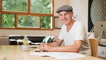 Er hat mit einem völligen Neuanfang aus der Krise herausgefunden: Roman Hofer in seinem Atelier in Ennetbaden.