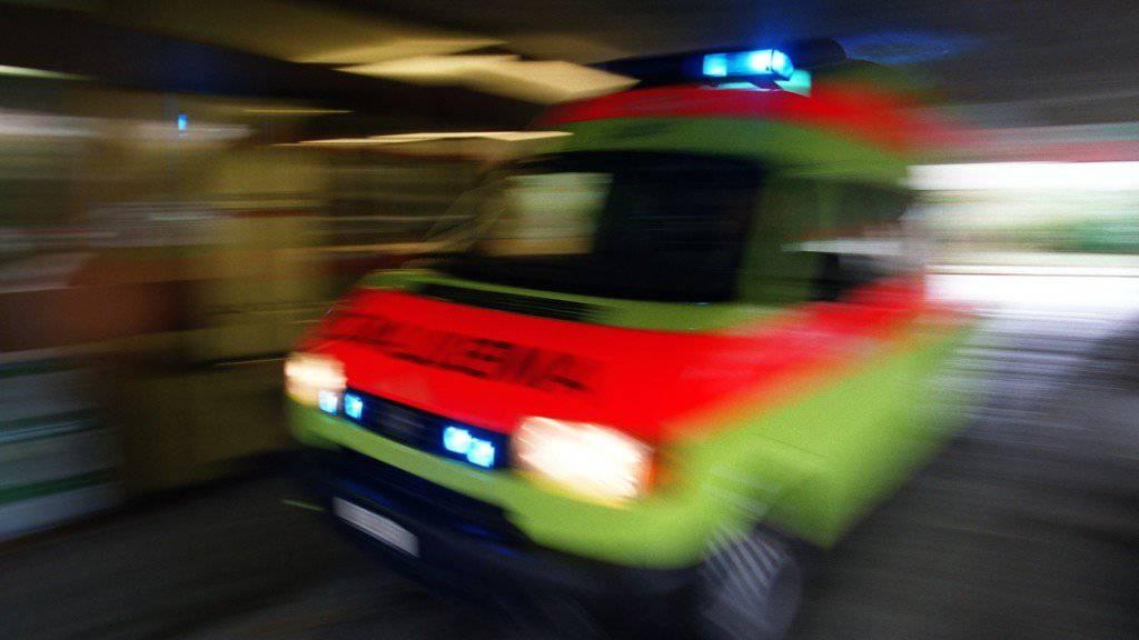 Die Rettungskräfte brachten mehrere teils schwer verletzte Jugendliche ins Spital. (Symbolbild)