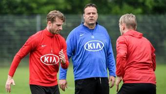 Aarau-Trainer Patrick Rahmen (Mitte) freut sich, seine Spieler am 11. Mai wieder zum Mannschaftstraining begrüssen zu dürfen