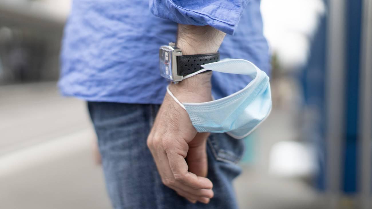 So nicht: Die Maske muss nach dem Tragen in einem luftdichten Behälter verstaut werden.
