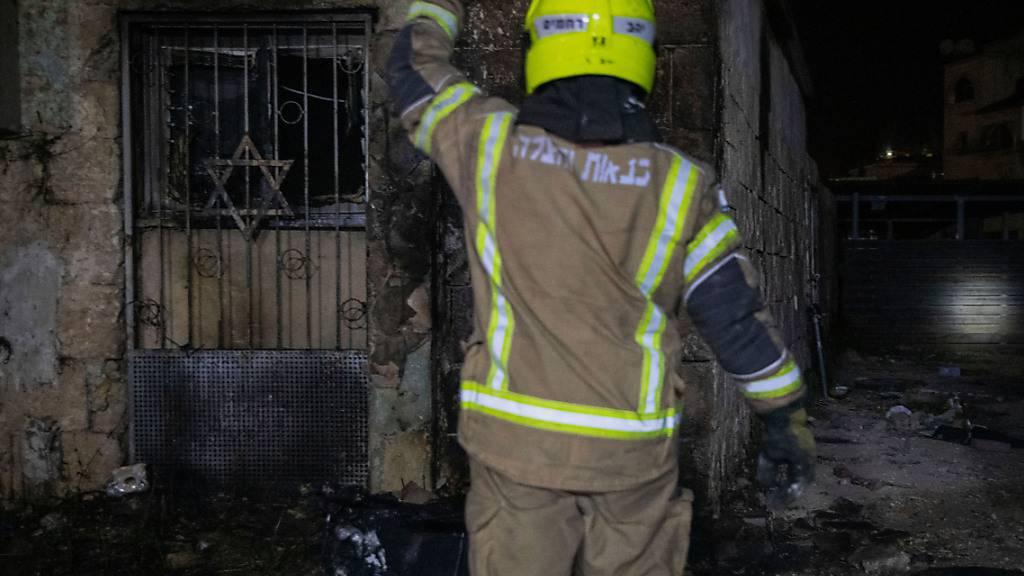 Ein Feuerwehrmann inspiziert eine Synagoge, die bei Zusammenstößen zwischen Juden und Arabern in Lod in Brand geraten war. Foto: Oren Ziv/dpa