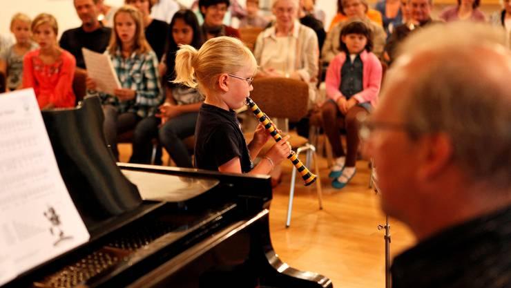 Musizierstunde der Musikschule Grenchen, Chantal Hegelbach gibt ihr Bestes. Felix Gerber