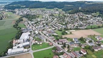 Das 2,48 Hektaren grosse Landwirtschaftsgebiet «Neumatte» am linken Bildrand wird im Rahmen der neuen Hirschthaler Nutzungsplanung in Gewerbeland umgezont.
