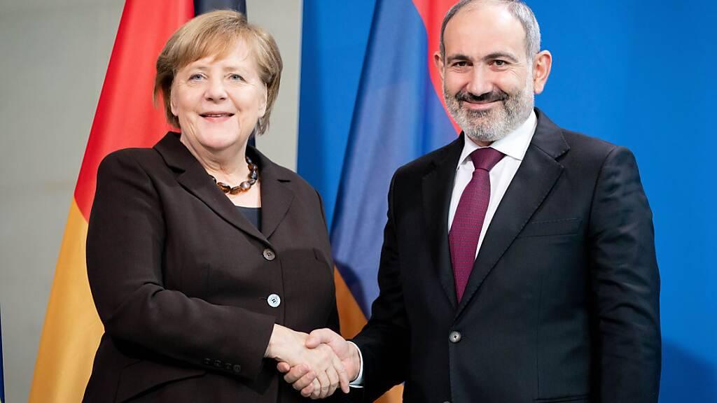 Die Partei von Nikol Paschinjan, Ministerpräsident von Armenien, liegt laut ersten Hochrechnungen bei den Parlamentswahlen in Armenien vorn. Im Bild: die deutsche Bundeskanzlerin Angela Merkel beim Besuch Paschinjan in Berlin am 13. Februar 2020