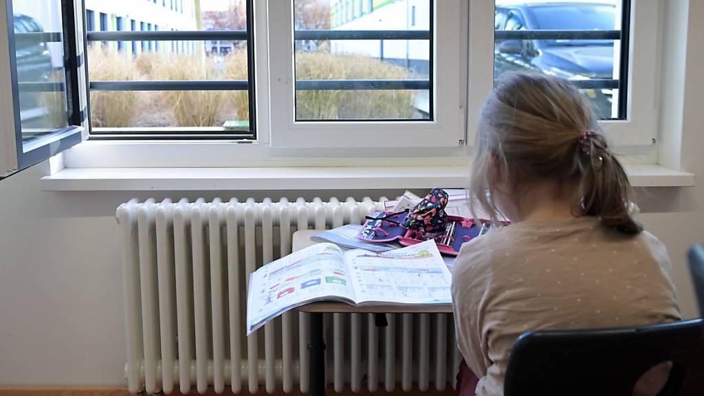 Wegen Corona-Fällen erhalten 400 Schülerinnen und Schüler in Schaffhausen an drei Tagen Fernunterricht. (Symbolbild)
