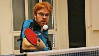 Der az-Redaktor spielt gegen den Paralympics-Teilnehmer – der erste Satz endet mit 11 zu 9 für Silvio Keller.