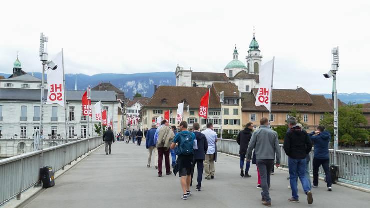Geräte messen, wie viele Fussgänger über die Kreuzackerbrücke in Solothurn gehen.