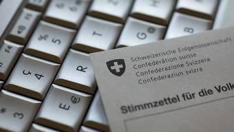 Alle Auslandschweizerinnen und Auslandschweizer sollen bis 2021 elektronisch abstimmen können. Das verlangt der Auslandschweizerrat mit einer neu lancierten Online-Petition. (Themenbild)