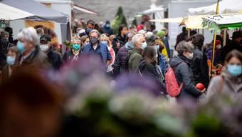 Diszipliniertes Marktpublikum: Praktisch alle Besucher hielten sich anstandslos an die Maskenpflicht.