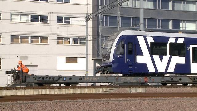 Noch auf Stützrädern: Der neue WSB-Zug fährt in Suhr ein
