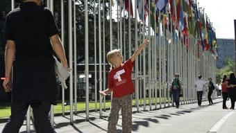 Besucher vor dem UNO-Sitz in Genf