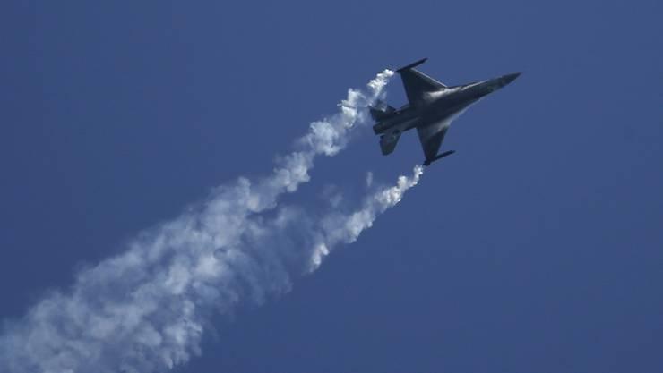 In den USA ist eine F-16 vom Himmel auf eine Lagerhalle gefallen. (Symbolbild)