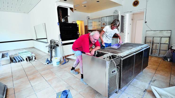 Aus der Traum: Heinz und Maria Flüli beim Räumen des Lokals, gestern fand die Schlüsselübergabe statt.