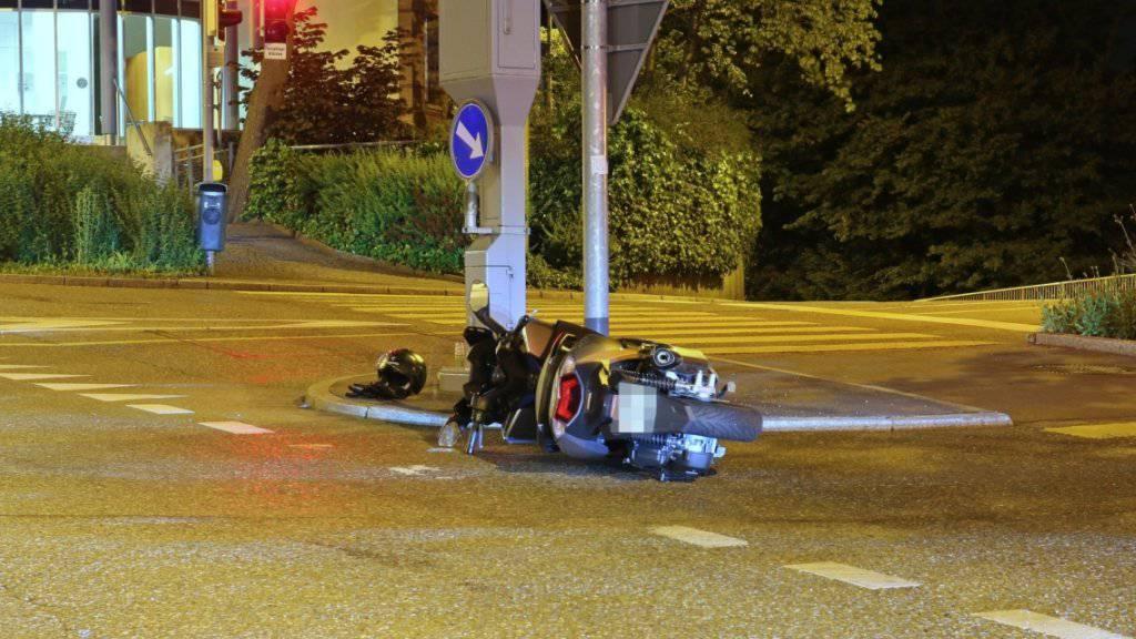 Ein Motorradfahrer hätte gerne auf die Polizei verzichtet: Ein Fluchtversuch nach einem ersten Sturz misslang, weil er auf einen Randstein fuhr und erneut stürzte.