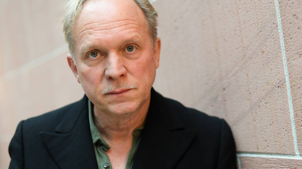Ulrich Tukur: Treppensteigen als Sport in der Pandemie