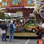 Neben Esswaren und Kleidern bietet der Markt auf der Kartbahn auch Chilbibahnen und einen Büchsenschiessstand.