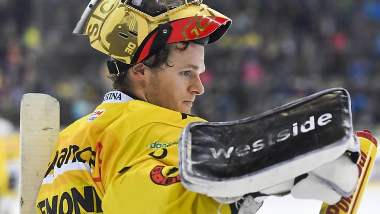Leonardo Genoni und der SC Bern müssen nach der Niederlage in Davos die Tabellen-Spitze den ZSC Lions überlassen