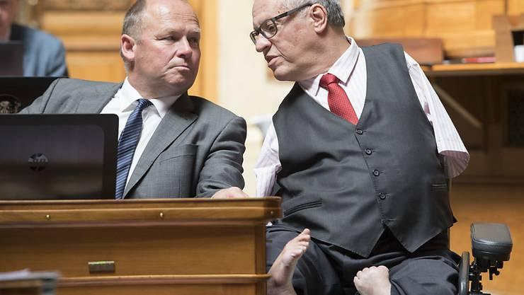 Der Thurgauer CVP-Nationalrat Christian Lohr (rechts) ist als Direktbetroffener die Gallionsfigur für die Durchsetzung von Anliegen von Menschen mit einer Behinderung auf politischer Ebene. Lohr kandidiert am 20. Oktober für eine dritte Amtsperiode als Nationalrat. (Archivbild)