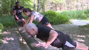 Auch beim Fitness im Wald fehlen sie nicht: Die Liegestütze. Aus Sicht von Personal Trainer Dave Dollé eine der effektivsten Übungen überhaupt.