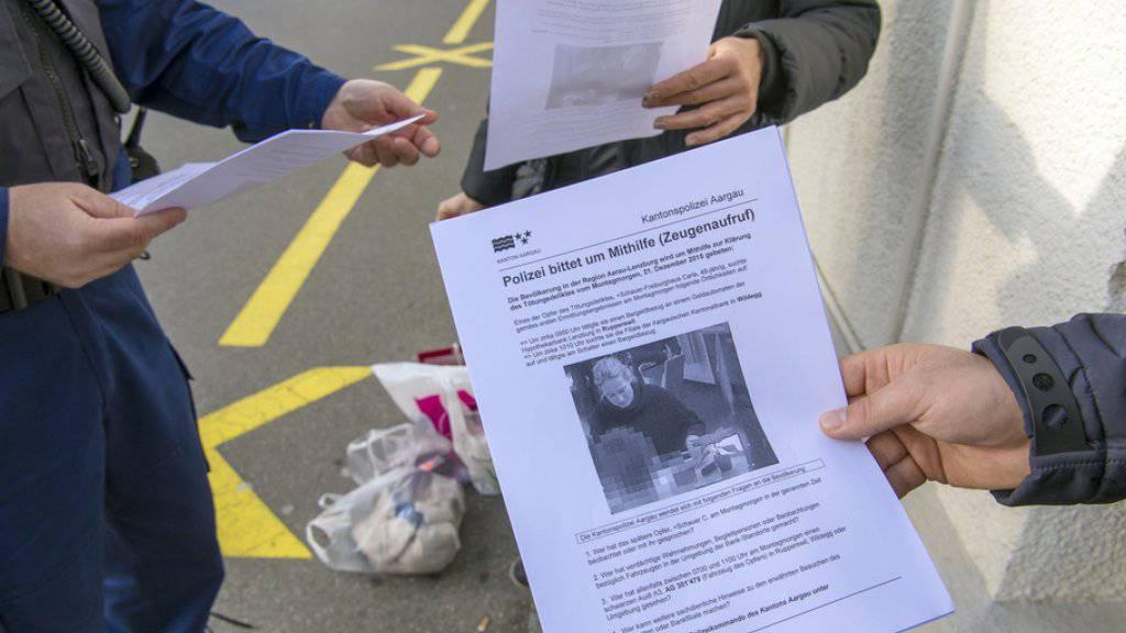 Auch drei Wochen nach der Bluttat im aargauischen Rupperswil gibt es von Seiten der Staatsanwaltschaft und der Polizei keine neuen Informationen über Täter und Tatmotiv. Das Bild zeigt Flugblätter zum Zeugenaufruf der Polizei. (Archivbild)