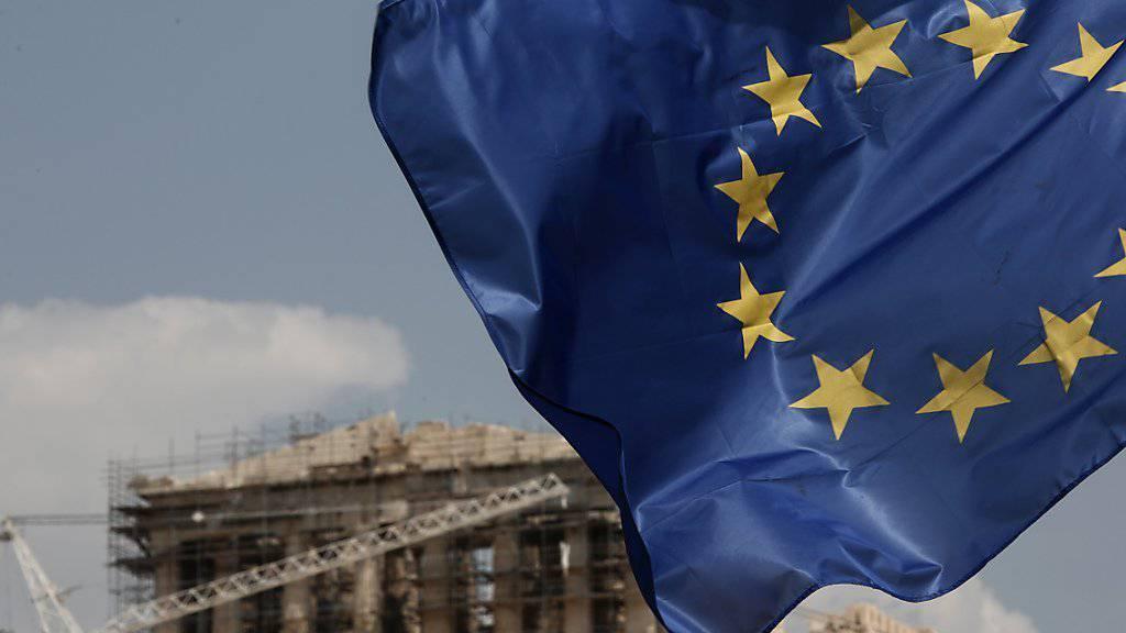 Nach langem Warten erhält Griechenland wieder Hilfsgelder. Im Bild eine EU-Flagge vor dem Parthenon-Tempel in Athen