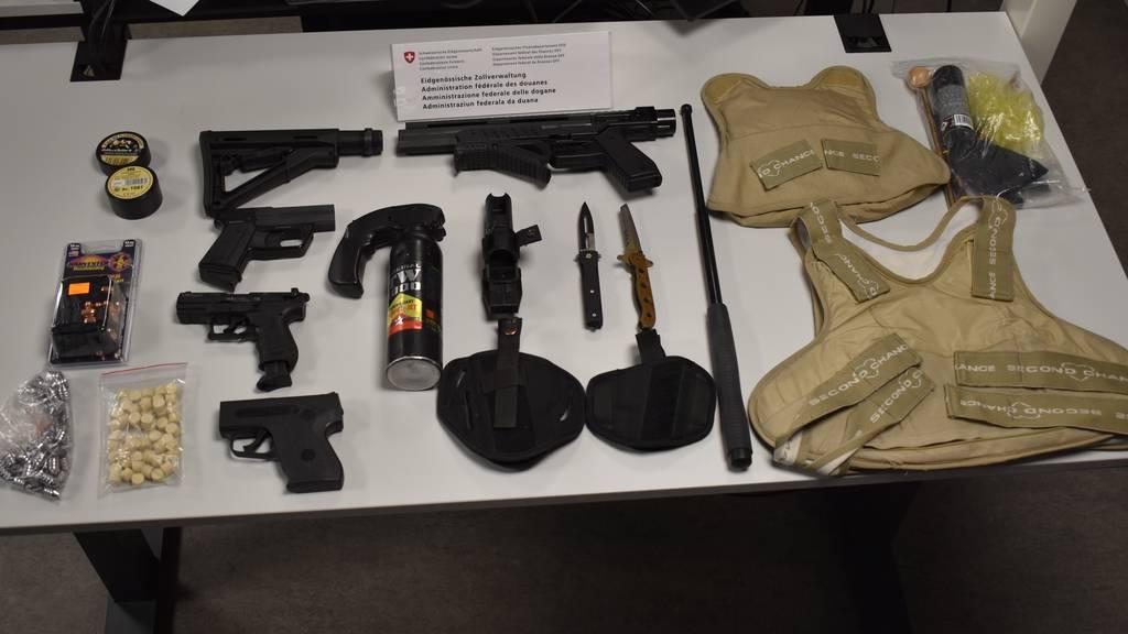 Versuchter Schmuggel: Mehrere Waffen und Zubehör sichergestellt