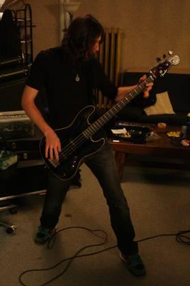 Nico Ardüser, 23, am Bass